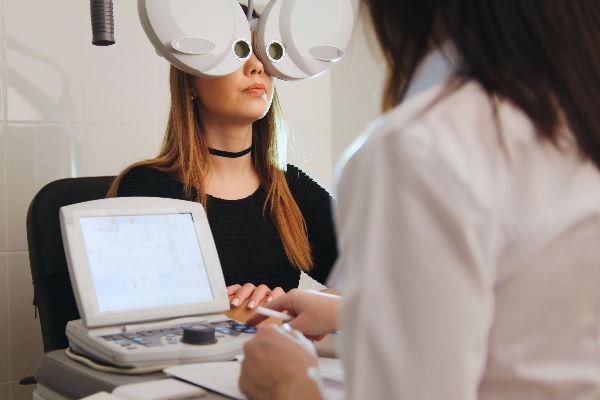 Tele-optometry patient on digital phoropter